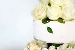 用花装饰的可口白色婚宴喜饼 图库摄影