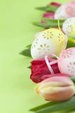 用花装饰的复活节彩蛋和郁金香边界 库存图片