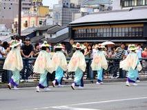 用花装饰的女孩,京都日本游行Gion节日的 免版税库存图片