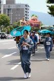 用花装饰的女孩,京都日本游行Gion节日的 免版税图库摄影