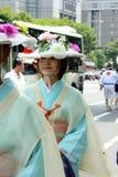 用花装饰的女孩,京都日本游行Gion节日的 免版税库存照片