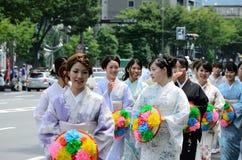 用花装饰的女孩,京都日本游行Gion节日的 库存图片