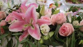 用花装饰的婚姻的桌 影视素材