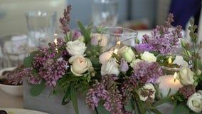 用花装饰的婚姻的桌 股票录像