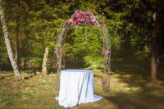用花装饰的婚礼法坛 库存照片