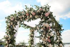 用花装饰的婚礼chuppa 库存图片