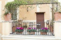 用花装饰的小大阳台在罗马,意大利 免版税库存图片