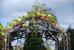 用花装饰的庭院眺望台 免版税图库摄影