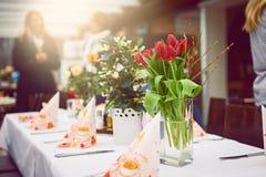 用花装饰的晚餐的正式桌 免版税库存照片