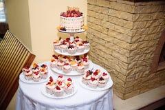 用花装饰的甜多重婚宴喜饼 棒棒糖 库存图片