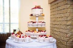 用花装饰的甜多重婚宴喜饼 棒棒糖 免版税图库摄影