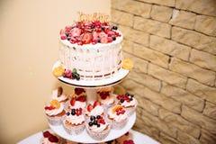 用花装饰的甜多重婚宴喜饼 棒棒糖 库存照片