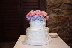 用花装饰的甜多重婚宴喜饼 图库摄影