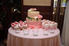 用花装饰的甜多重婚宴喜饼 库存图片