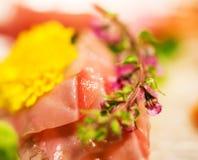 用花装饰的生鱼片,东京,日本 特写镜头 免版税库存图片
