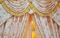 用花装饰的窗帘 图库摄影