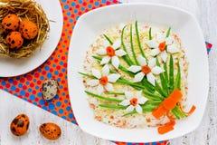 用花装饰的美丽的复活节开胃菜从ingredien 库存照片