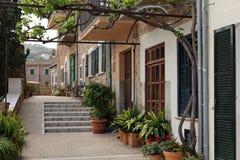 用花装饰的美丽的街道在Port de索勒,马略卡 免版税库存照片