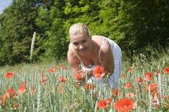 用花装饰的草甸妇女 图库摄影