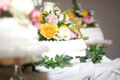 用花装饰的蛋糕 库存照片