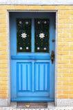 用花装饰的街道门 库存图片