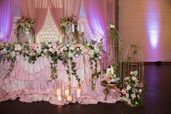 用花装饰的结婚宴会的表 库存图片