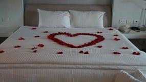 用英国兰开斯特家族族徽装饰的床以心脏的形式 免版税库存照片