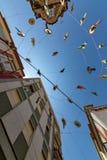 用草帽装饰的城市街道 库存照片