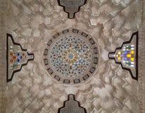 用荫径的色的玻璃片断装饰的被雕刻的膏药圆顶在El sehemy历史房子,开罗,埃及前面的 库存照片