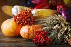 用菜、南瓜和秋叶装饰的木桌 秋天背景特写镜头上色常春藤叶子橙红 Schastlivy冯Thanksgiving 图库摄影