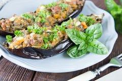 用菜、肉和乳酪充塞的被烘烤的茄子 免版税库存照片
