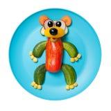 用菜做的熊在蓝色板材 免版税库存照片