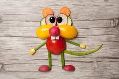 用菜做的老鼠在木背景 库存图片