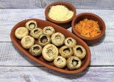 用菜充塞的蘑菇在烤箱烘烤了 免版税库存照片