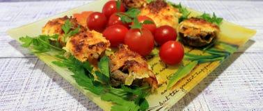 用菜充塞的蘑菇在烤箱烘烤了 免版税库存图片