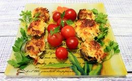 用菜充塞的蘑菇在烤箱烘烤了 库存图片