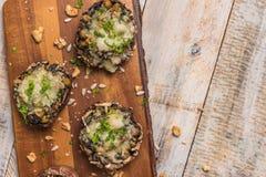 用菜和乳酪充塞的蘑菇盖帽 免版税图库摄影