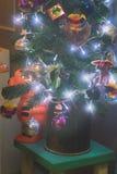 用葡萄酒玩具装饰的一点圣诞树 库存图片