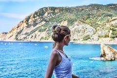 用蒙泰罗索阿尔马雷意大利语里维埃拉的旅游女孩 海和山景 Cinqueterre利古里亚 库存照片