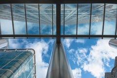 用蓝天和白色云彩从下面观看的伦敦摩天大楼 免版税图库摄影