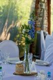 用蓝色和白色不同的花装饰的时髦,时兴的婚礼曲拱仪式 背景背景卡片设计花卉例证 夏天 免版税库存照片