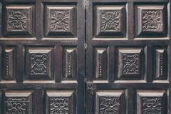 用蔓藤花纹样式装饰的黑门 库存图片