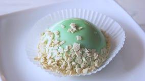 用薄荷的釉盖的法国奶油甜点 股票录像
