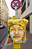 用街道艺术盖的被绘的黄色邮箱由法国街道画壁画家C215在巴黎 免版税库存图片