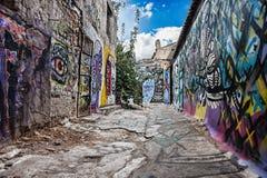 用街道画盖的空的老街道 免版税库存图片