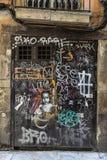 用街道画盖的门 免版税库存照片