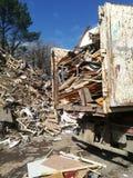 用被回收的木头装载的卡车 免版税库存图片