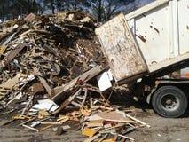 用被回收的木头装载的卡车 图库摄影