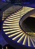 用被带领的光装饰的现代螺旋台阶 免版税图库摄影