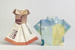 用被折叠的钞票做的年轻夫妇 免版税库存图片